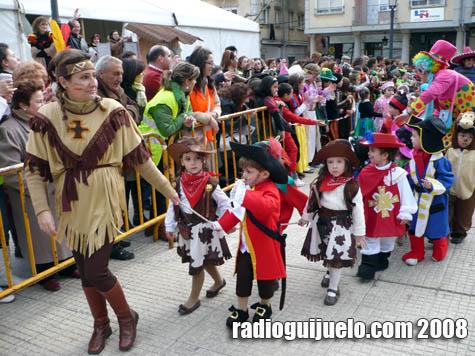 Momento del desfile de los alumnos de los colegios