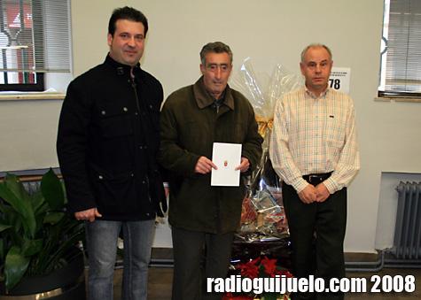 Pedro González posa con la postal ganadora junto a Luis Ramos y Manuel Berrocal