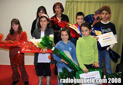 Los ganadores del concurso reciben sus premios