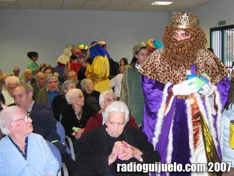 Los Reyes Magos durante la visita a la residencia el pasado año