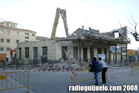 Dos guijuelenses observan los trabajos de demolición ayer por la tarde