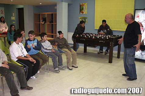 Fernando Saldaña en el transcurso de su monólogo en el Local Juvenil