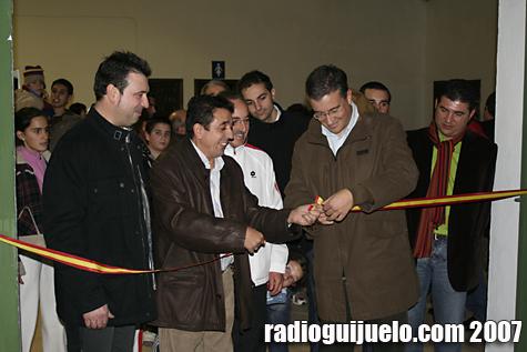 El alcalde, Julián Ramos, corta la cinta del recinto donde se ubican las nuevas pistas de tenis cubiertas