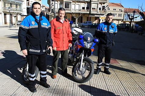 La Policía Local posa con sus nuevos uniformes en compañía del alcalde Julián Ramos