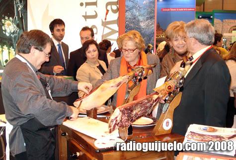 Jesús Merino reparte jamón en el stand de FITUR