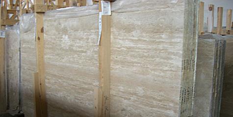 Imagen de un bloque de mármol en bruto como los que se podrían extraer de Guijuelo