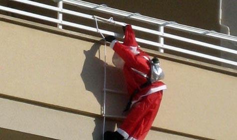 Un balcón del año pasado con un Papá Noel escalando