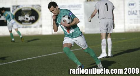 Chuchi celebra el primer gol del Guijuelo