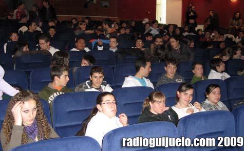 Alumnos en el teatro del Centro Cultural antes de una de las funciones