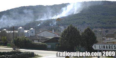 Un helicóptero se dirige a extinguir el incendio en Linares