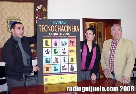 Pedro Rodríguez, Carmen Cortés y Pepe Hontiveros con el cartel de la XIV Feria Tecnochacinera de Guijuelo