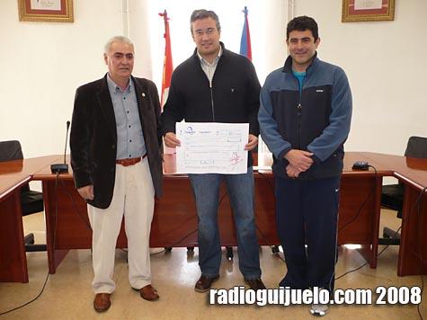 Julian Ramos hizo entrega del cheque a José Sánchez con la presencia de Maxi Hernández