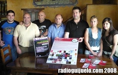 Miembros del motoclub posan con Manuel Berrocal, concejal de Festejos y el cartel de la concentración