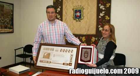 Julián Ramos, recibe la plancha original con el cupón de la ONCE con la imagen del Torreón