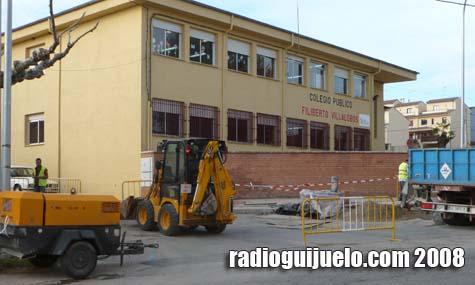 Imagen de los trabajos de instalación del semáforo de peatones a la puerta del centro educativo