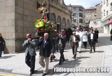 Momento de la procesión al salir de la Iglesia Parroquial de Guijuelo