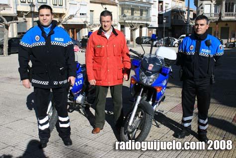 El alcalde Julián Ramos junto a Clemente Iglesias, jefe de policía, y un agente en la presentación de los nuevos uniformes