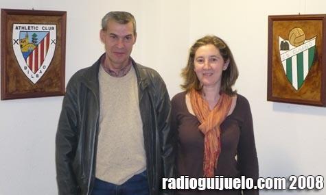 Anselmo García junto a Mercedes Martín, animadora cultural, en la inauguración