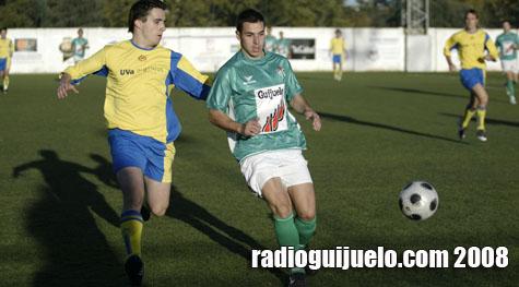 Víctor, autor del primer gol del Guijuelo B, en una jugada del partido
