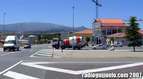 La nueva acera de la calle Filiberto Villalobos acercará el Polígono al centro de la villa