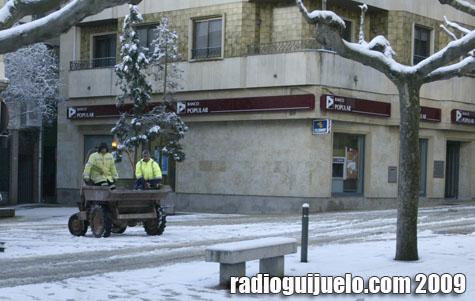 Empleados municipales en trabajos durante el invierno