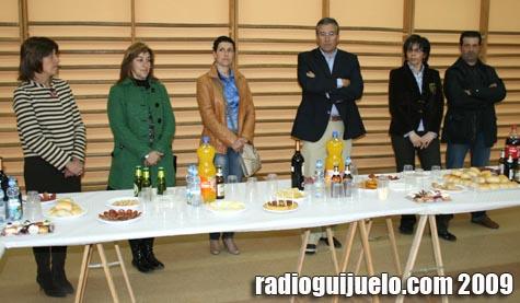 Varios concejales y el alcalde, Julián Ramos, junto a la directora Quinti Sánchez