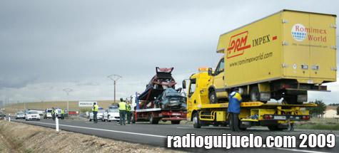 Guardia Civil y Bomberos trabajan en el lugar del accidente
