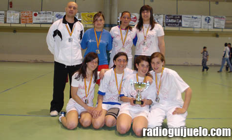 El equipo posa con el trofeo