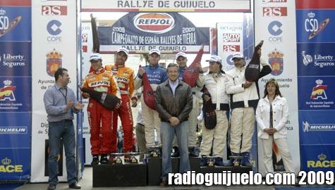 Julián Ramos entregando los trofeos a los ganadores del Rally