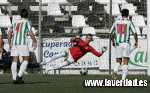 Goyo parando un penalti durante la pasada campaña