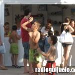 Niños disfrutando de los servicios municipales en la piscina