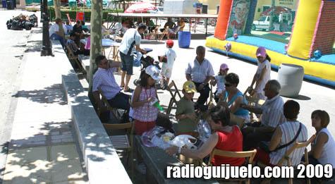 Plaza Mayor de Campillo llena de gente disfrutando del jamón con melón