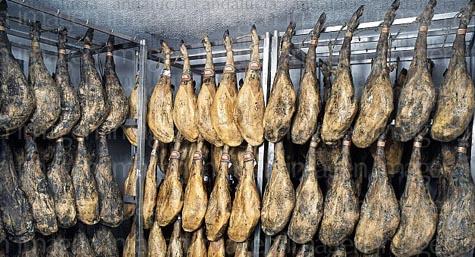 Imagen de una bodega de jamones ibéricos