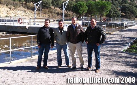 Los concejales, el encargado de la planta y el alcalde Julián Ramos