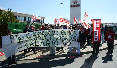 Cerca de 40 empleados protestaron con carteles y pancartas
