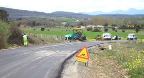 Las cuadrillas trabajan en el primer tramo de asfaltado