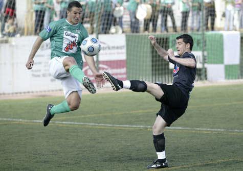 José Rodríguez lucha un balón en defensa