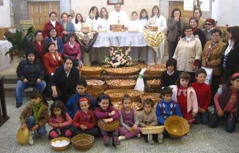 Mayordomas, párroco y niños con los huevos del Cristo del Socorro