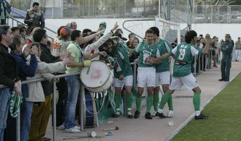 Jugadores del Guijuelo celebran un gol con la afición