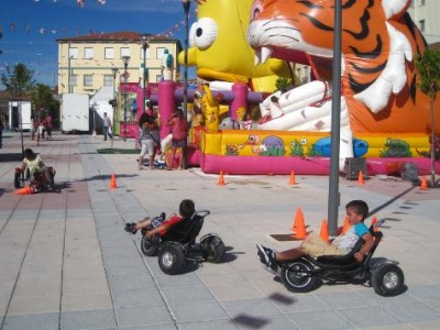 Juegos infantiles en la plaza Mayor de Campillo. Foto archivo