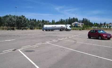 Imagen del Centro de Servicio al Transporte con un vehículo pesado estacionado