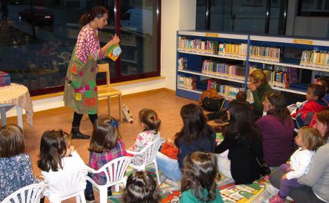 Cuentacuentos en la biblioteca municipal David Hernández. Foto Archivo