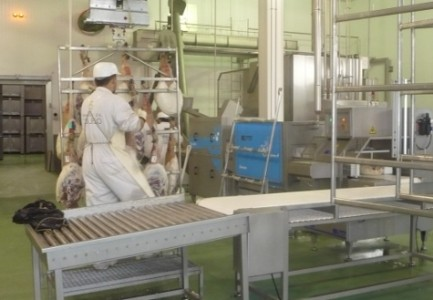 Un empleado en una fábrica de jamones. Foto archivo.