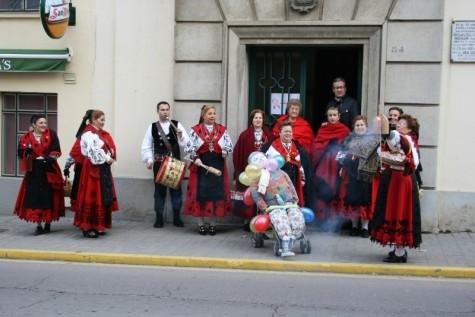 Las Águedas de Guijuelo a la puerta del Ayuntamiento. Foto archivo
