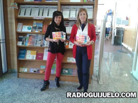 La bibliotecaria Joana Izquierdo y la edil Marian Picado en la presentación del concurso