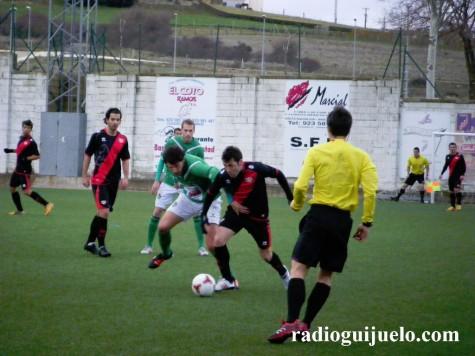 Momento del partido entre el CD Guijuelo y el Rayo Vallecano B