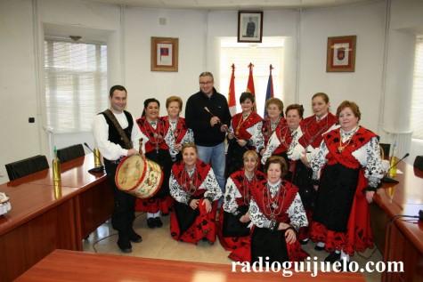 Las águedas reciben el bastón de mando en el Ayuntamiento de Guijuelo. Foto archivo