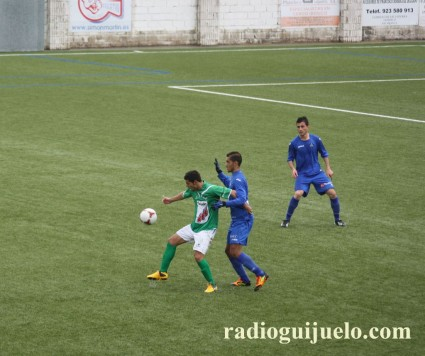 Torres controla un balón ante un jugador del Getafe B