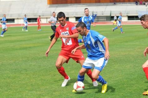 Abel disputa un balón ante un jugador del Marino. Foto azulyblanco.com Juan Ruiz