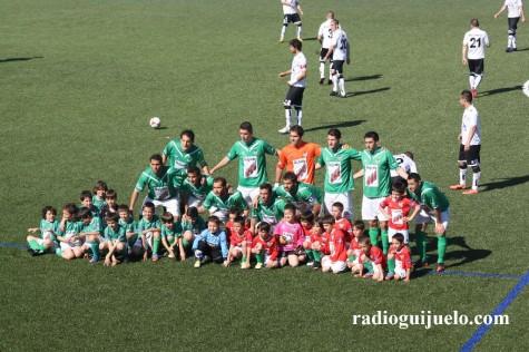 La plantilla del C.D. Guijuelo junto a los más pequeños del club
